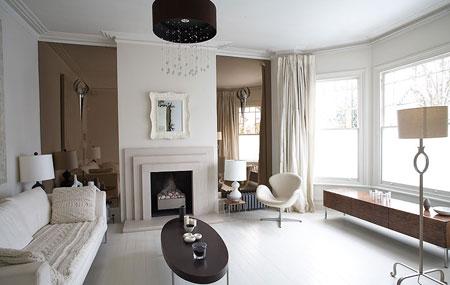 Salon d'un appartement lumineux avec une décoration sobre et moderne